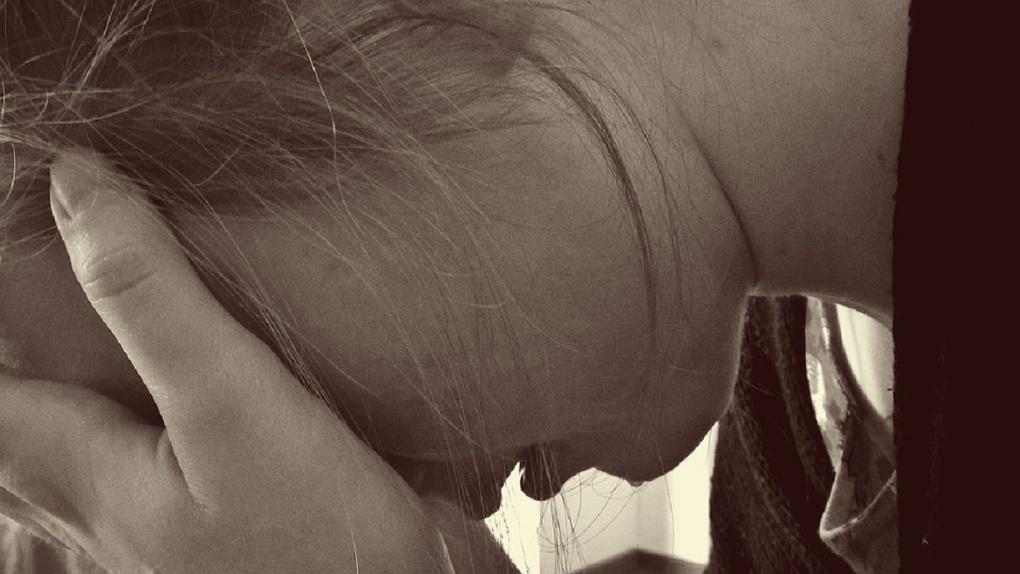 Омскую школьницу, издевавшуюся над сверстницей бутылкой, затравили в соцсетях