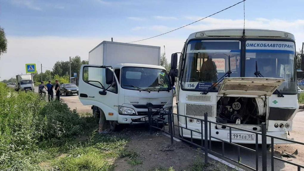Омская прокуратура устроила спонтанную проверку перевозчика, в автобус которого врезался в грузовик