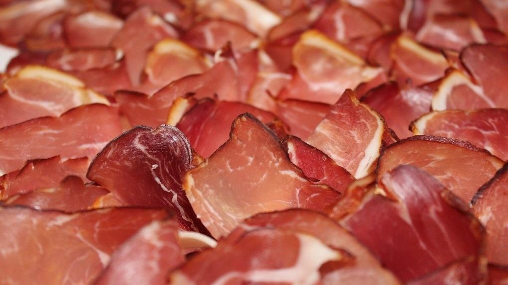 В Новосибирске 46 торговых точек продавали «опасное мясо»