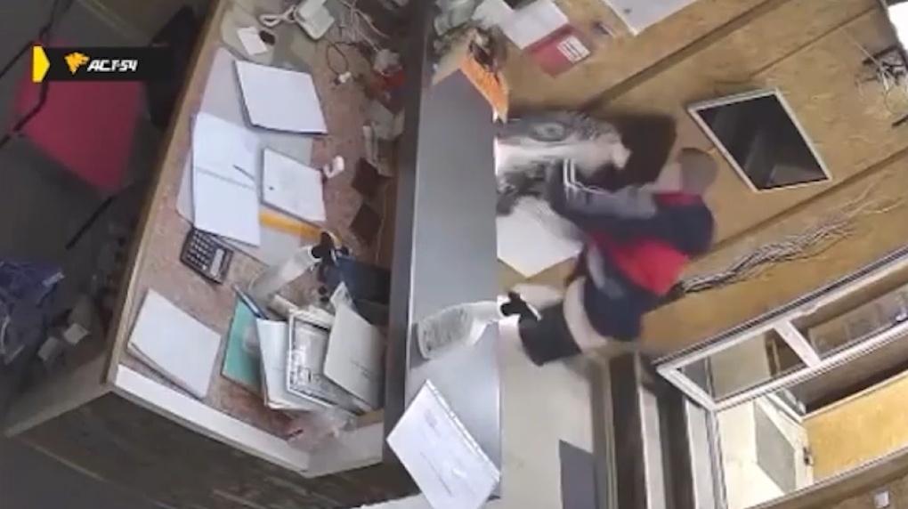 Ударил по голове и накинулся с кулаками: новосибирец жестоко избил женщину за отказ идти с ним в номер