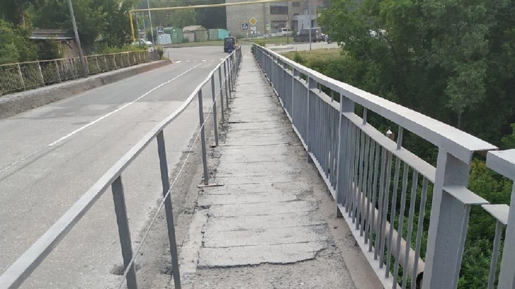 Вот-вот рухнет. Аварийный мост в Новосибирске починили пластиковыми бутылками