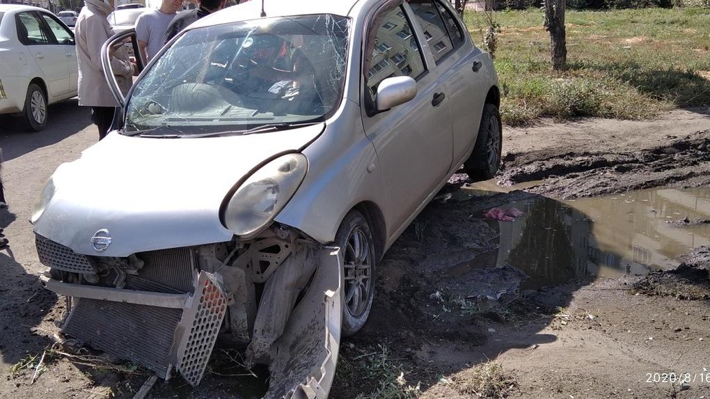 В Омске иномарка протаранила бетонный блок. Водитель госпитализирован