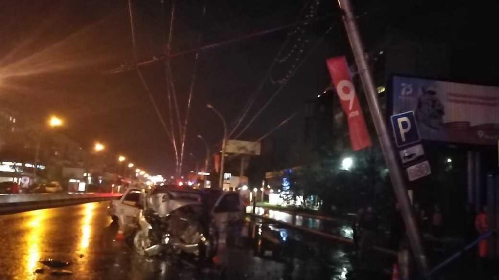 «Не обошлось без смертей»: молодой новосибирец на иномарке врезался в светофор на Красном проспекте