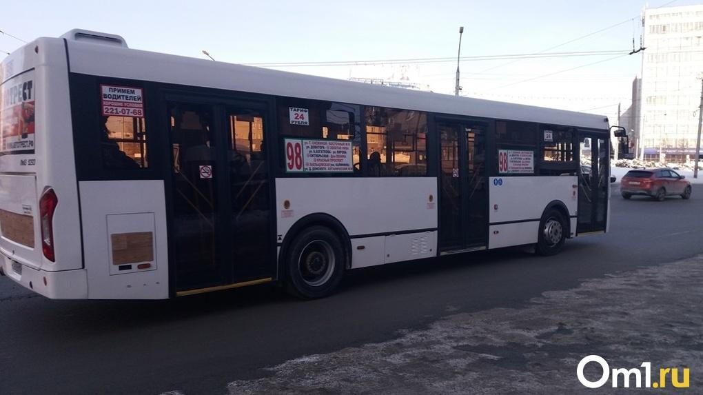 В Новосибирске автобусы массово не вышли на линию из-за болезни кондукторов