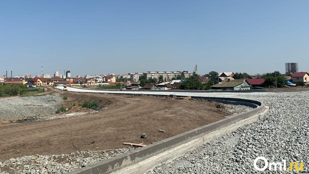 На строящемся дублёре главной магистрали Левобережья начали укладывать асфальт