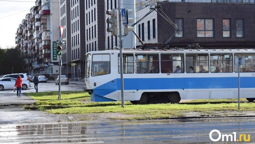 На рельсы в Омске поставили восьмой трамвай, списанный Москвой