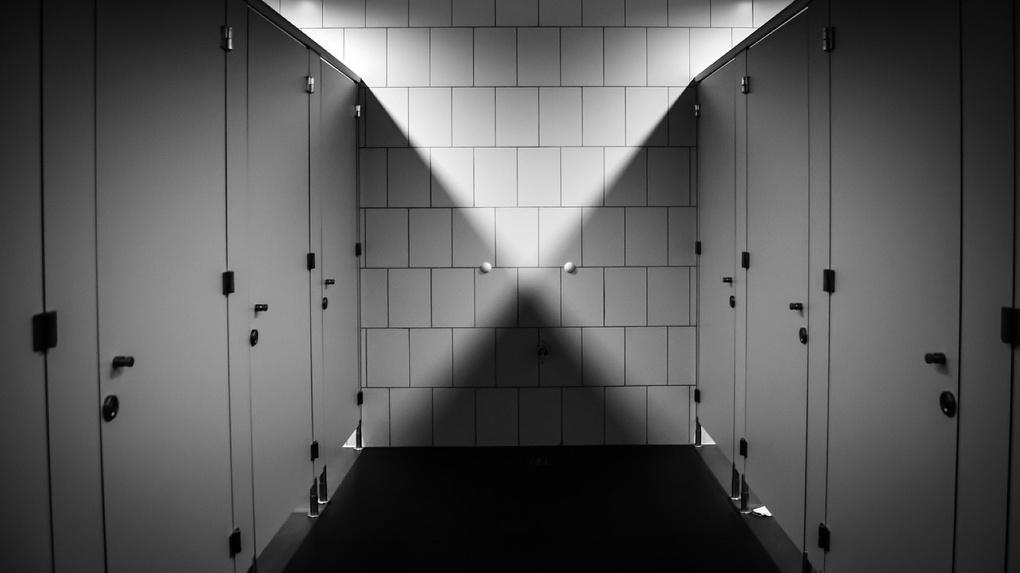 Под Омском в туалете чуть не умерла 15-летняя девочка