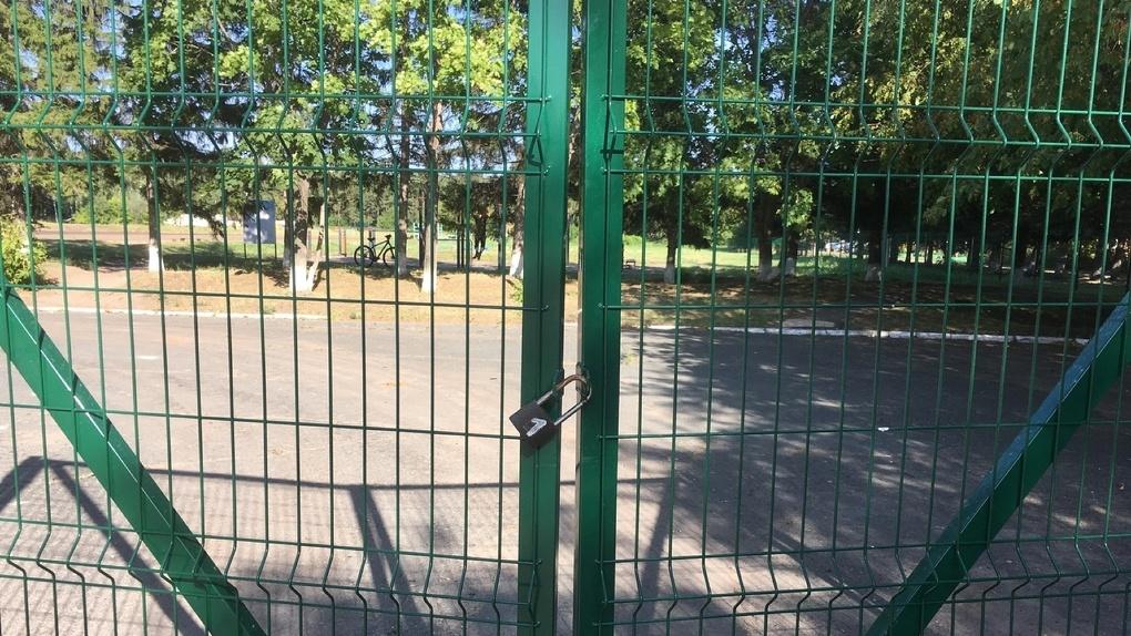 Омичи вынуждены заниматься спортом рядом с закрытым на замок стадионом