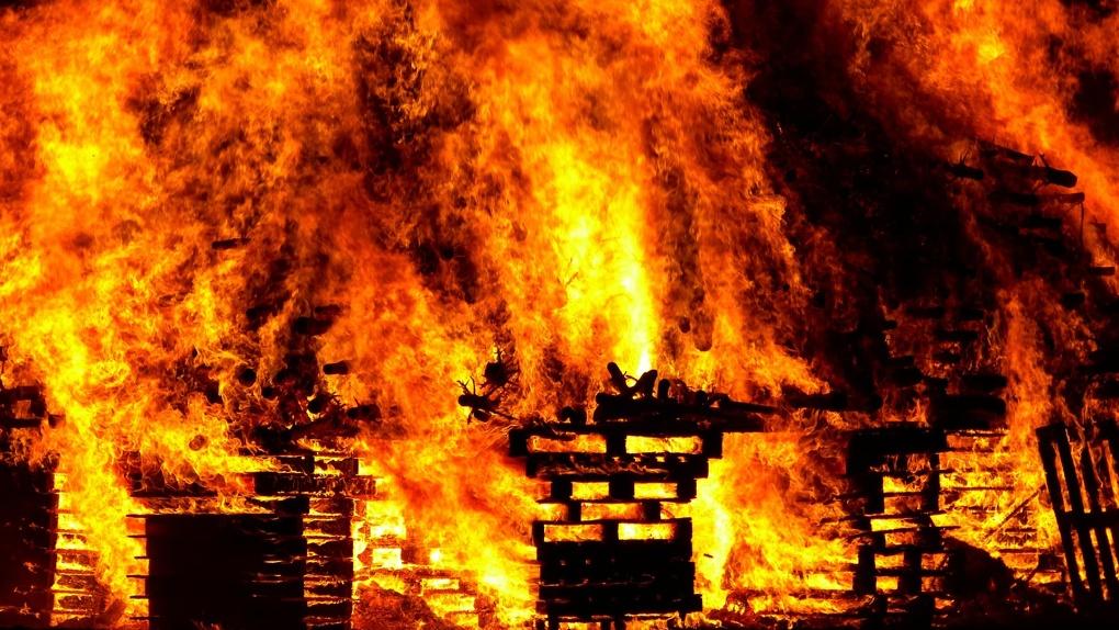 Трое детей погибли во время пожара в заброшенном доме в Новосибирской области
