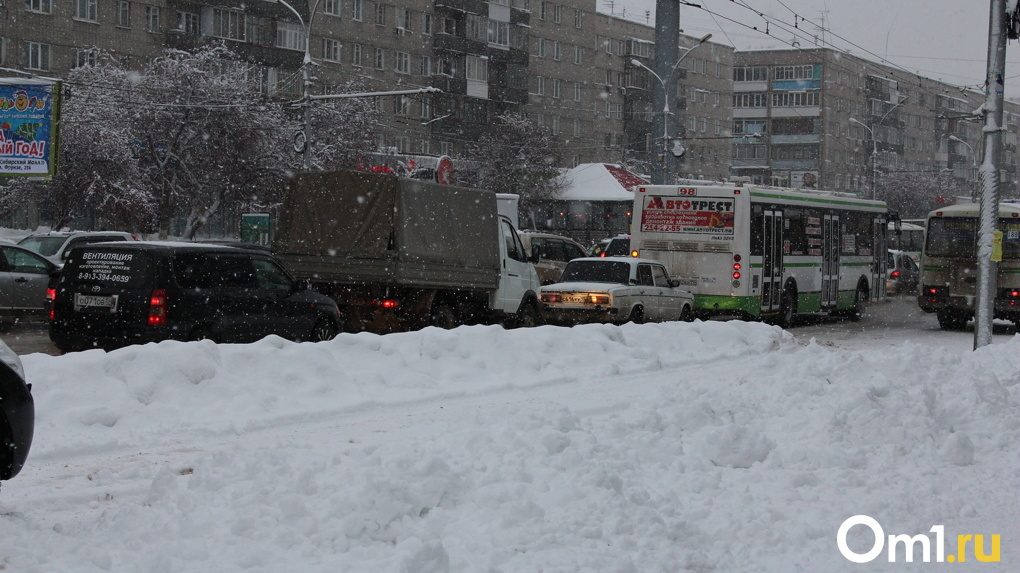 Из-за снегопада в Новосибирске резко ухудшилась дорожная ситуация