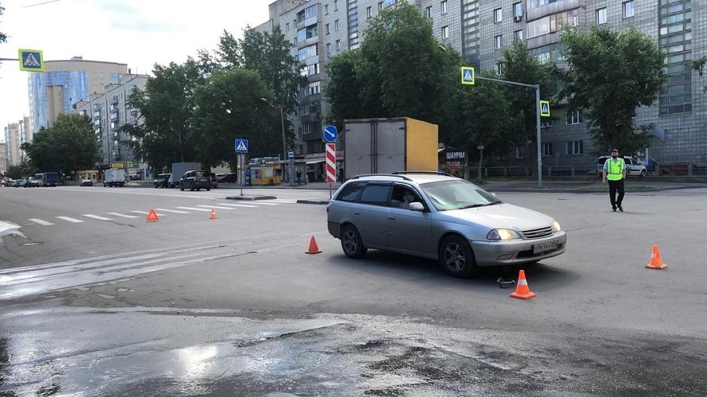 Доставили в больницу с переломом ноги: жительница Новосибирска попала под колёса автомобиля