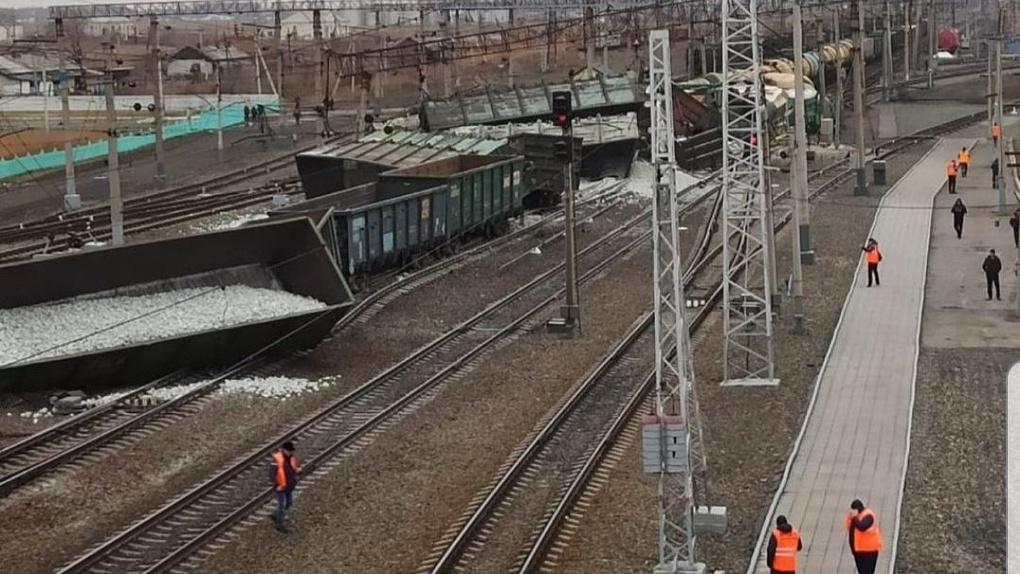 LIVE: разлив нефти произошёл на участке «Новосибирск — Омск» после крушения 30 вагонов (обновляется)