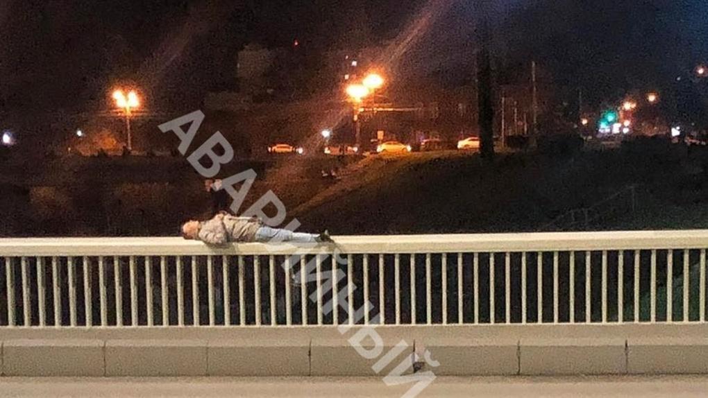 Омич прилег на перила Юбилейного моста