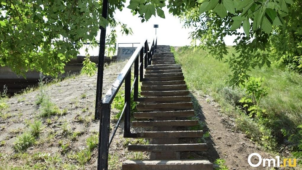 Омич умер, упав со ступенек на Иртышской набережной
