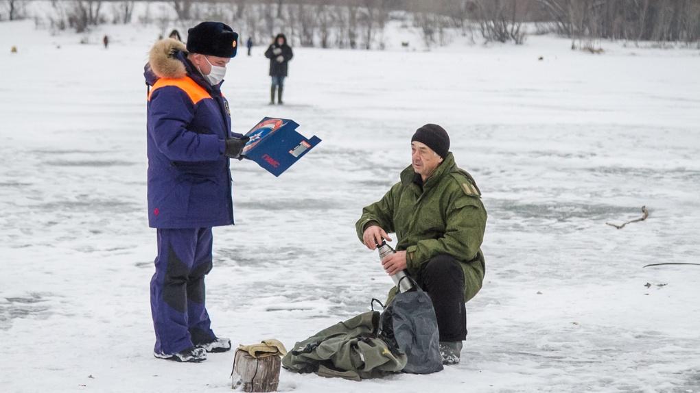 Ходят по тонкому льду. Омские рыбаки уже вышли на подлёдную рыбалку