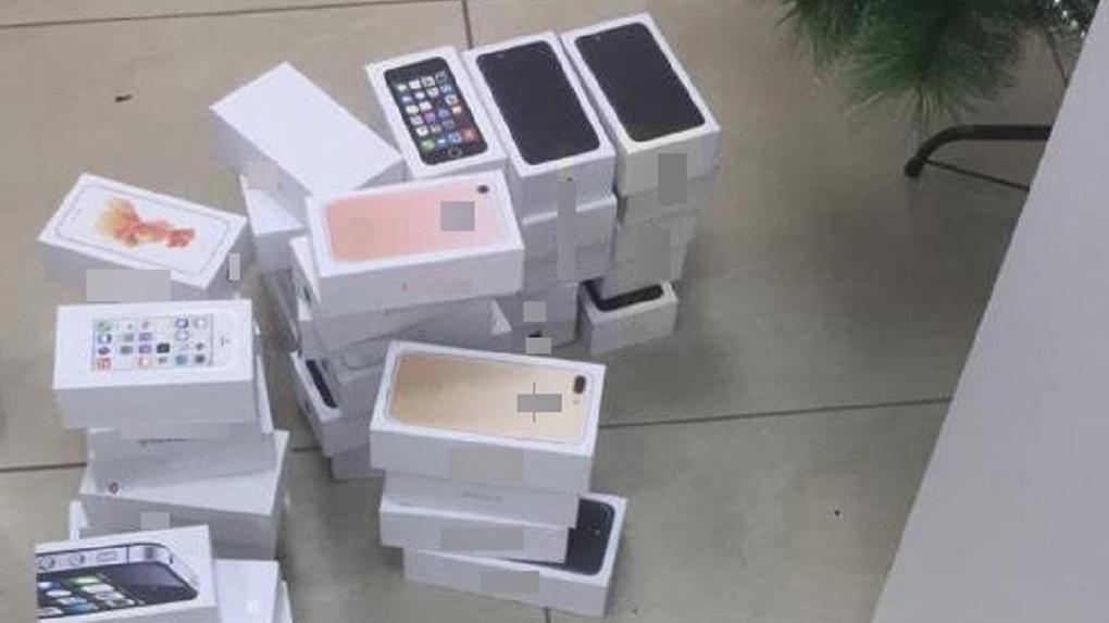 Омичам продавали поддельные «Айфоны» по цене оригинальных