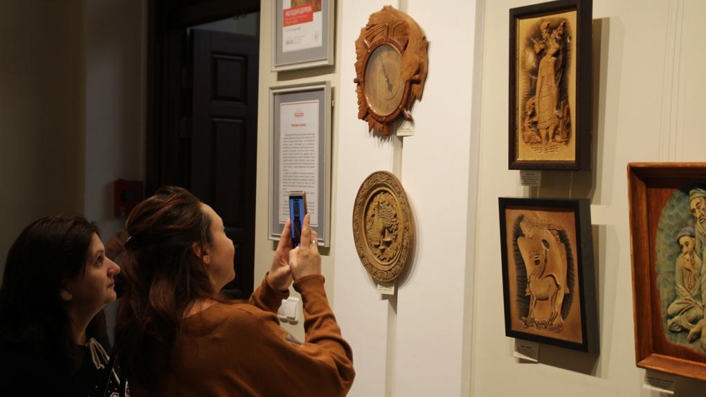 «Дочь замуж выдал — комната освободилась»: новосибирец открыл уникальную выставку из дерева