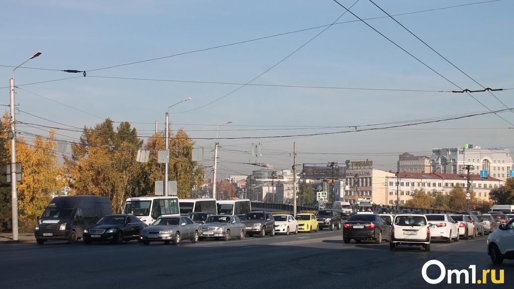 В Омске ради строительства новой дороги изменили схему движения на перекрёстке