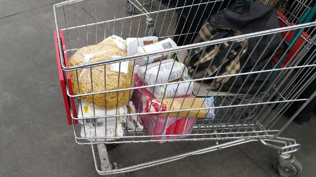 Омским школьникам начали раздавать крупы и конфеты
