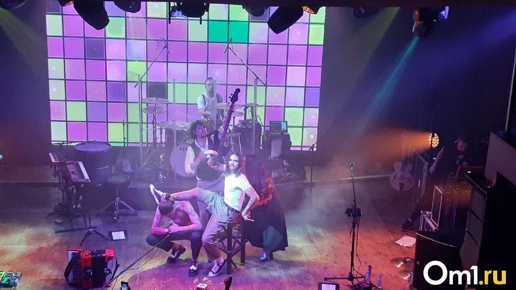 Солист культовой молодёжной группы станцевал на сцене новосибирского клуба со сломанной ногой