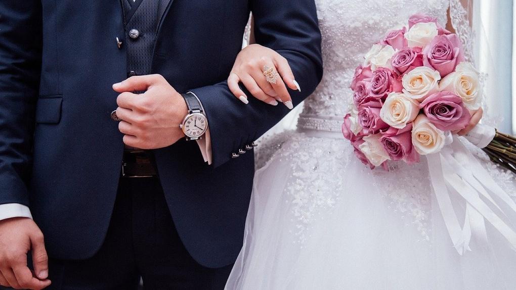 Жители Новосибирска смогут получить новую выплату за продолжительный брак