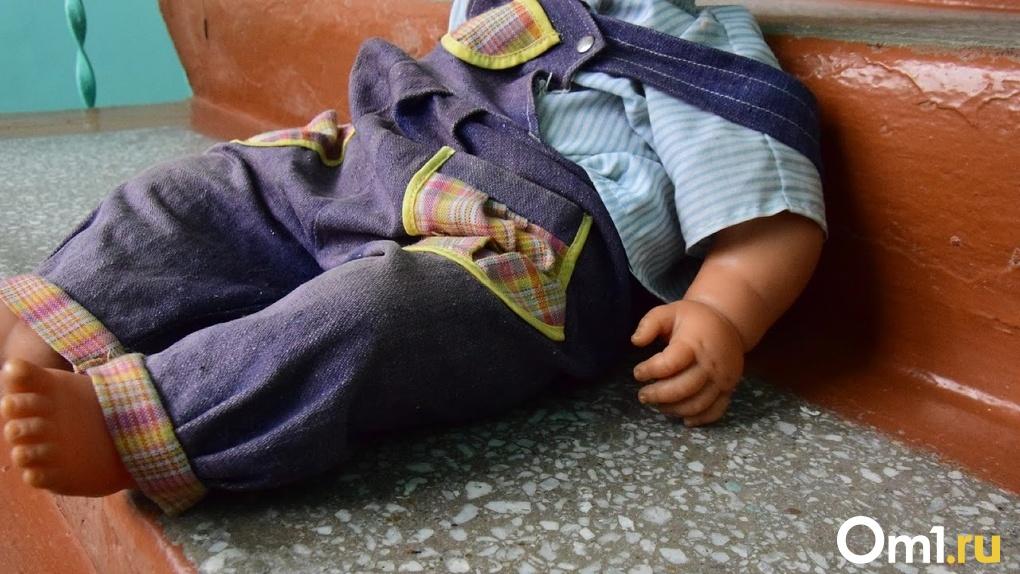 У омички, избившей трехлетнюю дочь до черепно-мозговой травмы, заберут всех детей