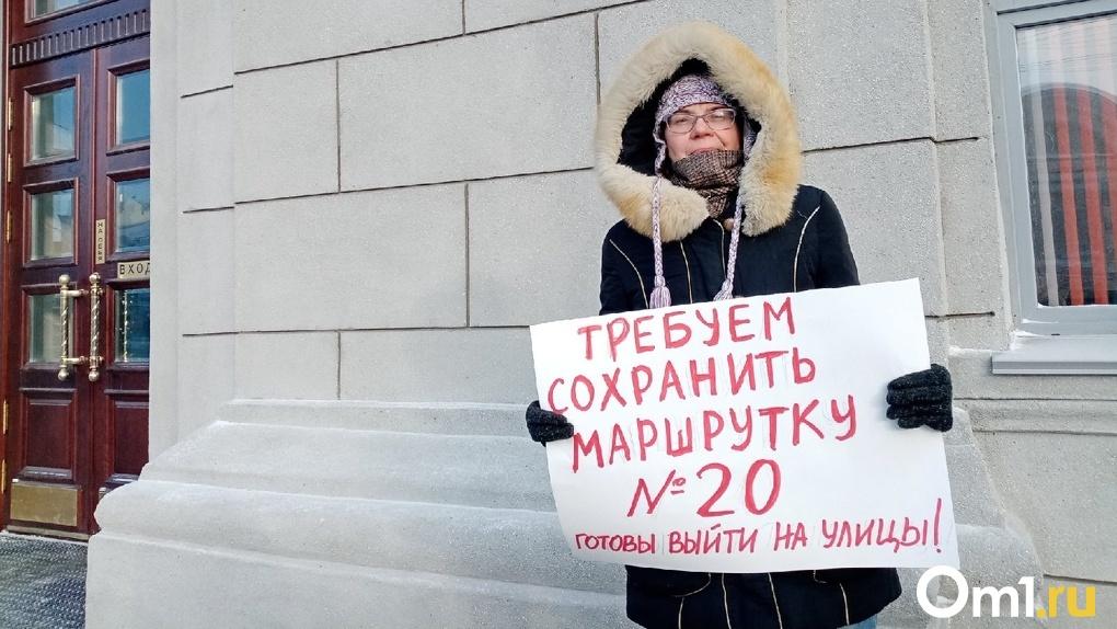 Новосибирская активистка вышла на пикет с требованием сохранить маршрутку №20