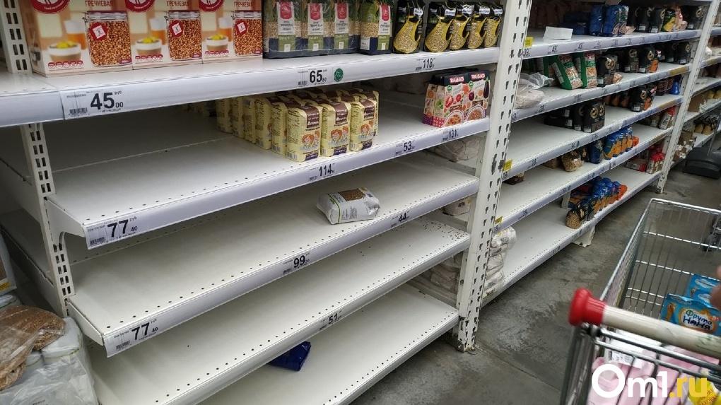 Назван список продуктов, которые омичи не спешат сметать с полок даже во время повальной паники