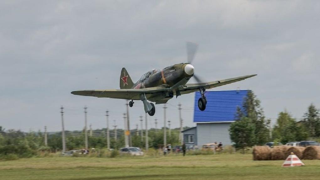 Дух захватывает! Легендарный истребитель военных лет пролетел над Новосибирском
