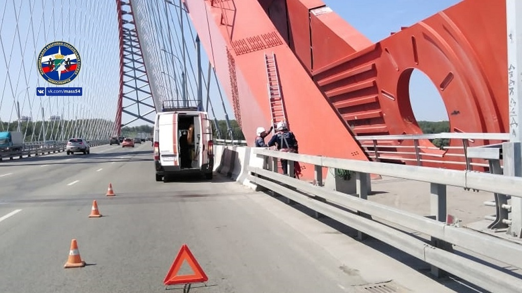 До смерти напугал: новосибирец забрался на Бугринский мост, а увидев спасателей подался в бега