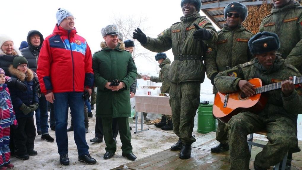 Бурков спел народные песни и угостился блинами в гостях у омских танкистов