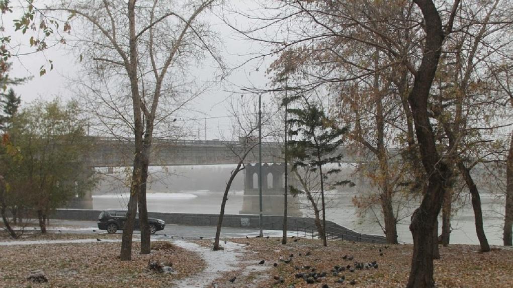 Мокро и холодно: как омичам без последствий пережить слякоть, грязь и перепады температур