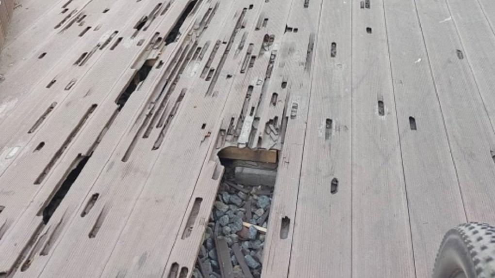 Террасные доски на бульваре Мартынова снова сломали омские скейтеры. Покрытие заменят на более крепкое