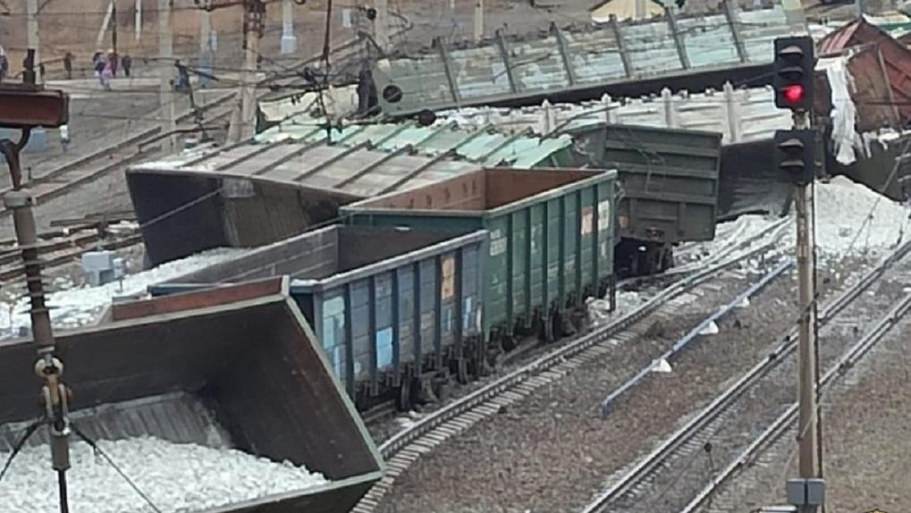 Разлив нефти после схода 30 вагонов с рельс на участке «Новосибирск-Омск» очистят сорбентом