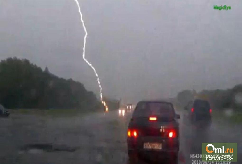В Омской области молния ударила в женщину с ребенком под зонтом