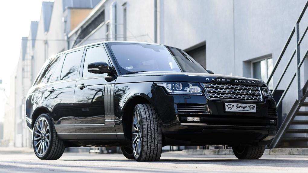 Стало известно, откуда у обвиняемого в растрате худрука омского театра Гриншпуна новый Range Rover