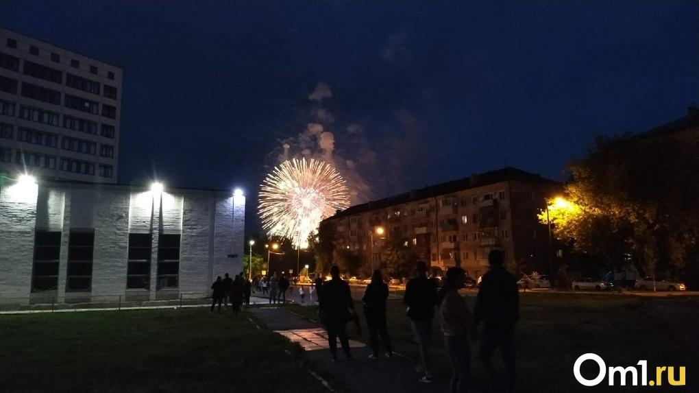 Тысячи людей, отсутствие дистанции и пьяная вечеринка: омичи посмотрели салют в честь 75-летия Победы