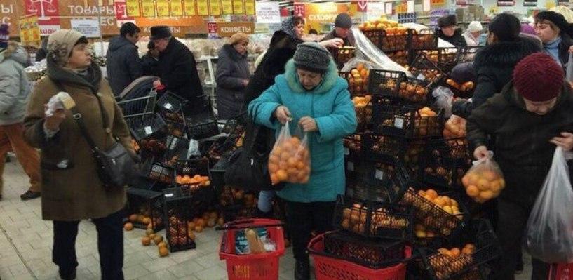 В омском «Ашане» пенсионерки расхватали все мандарины