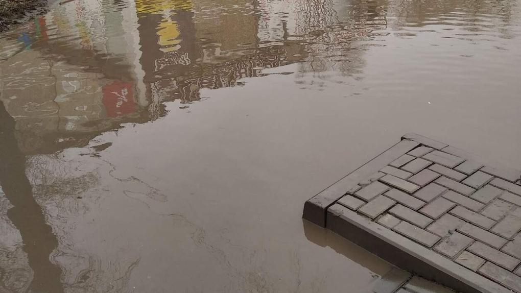 «Полное безобразие!» Территорию озера Кирпичка в Омске после ремонта затопило