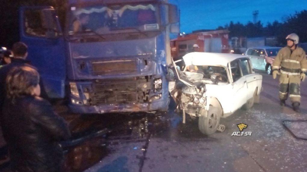Тройное ДТП в Новосибирске: водитель автомобиля «ВАЗ» погиб после столкновения с иномаркой и грузовиком