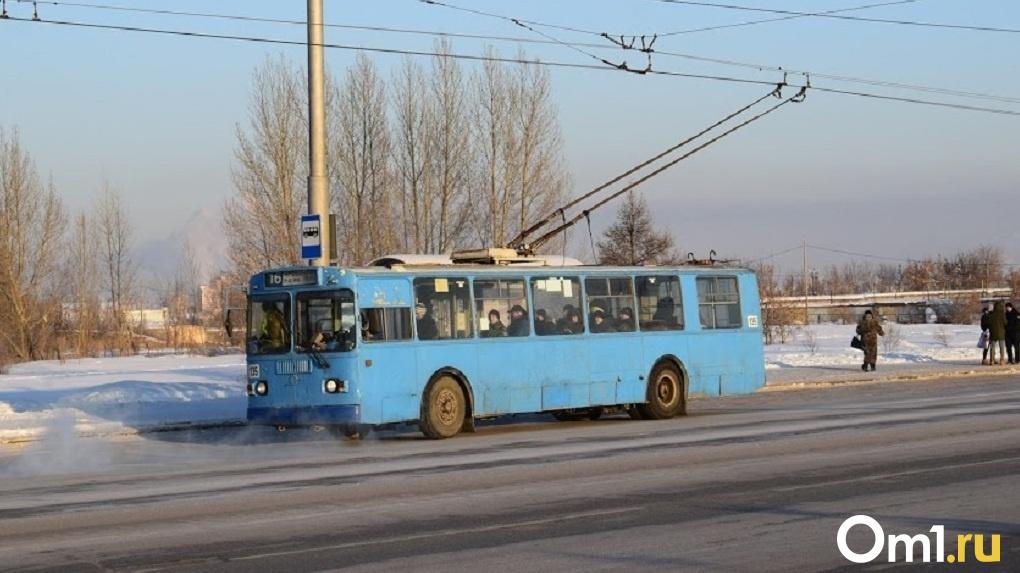 Полураздетый мужчина катался на троллейбусе, зацепившись за него сзади