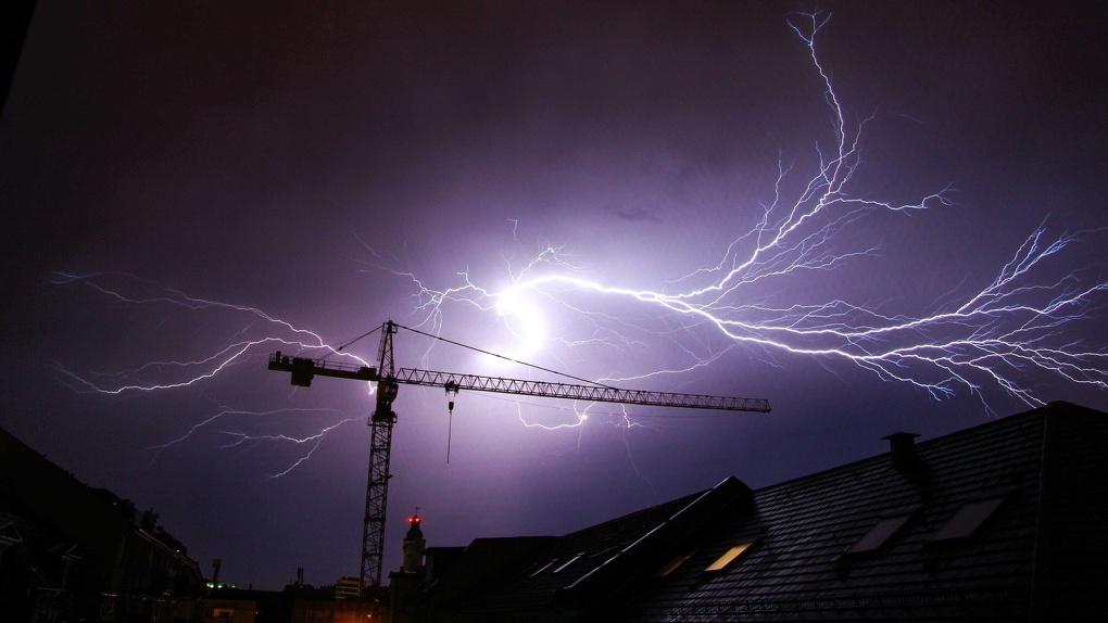 Снесенные крыши и отключения электричества: на Омск надвигается новый ураган