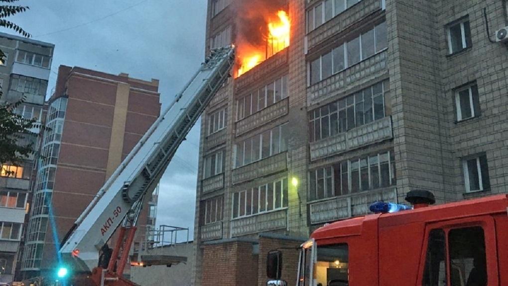 В Новосибирске открытым пламенем горит многоэтажка: жильцов экстренно эвакуируют (обновляется)