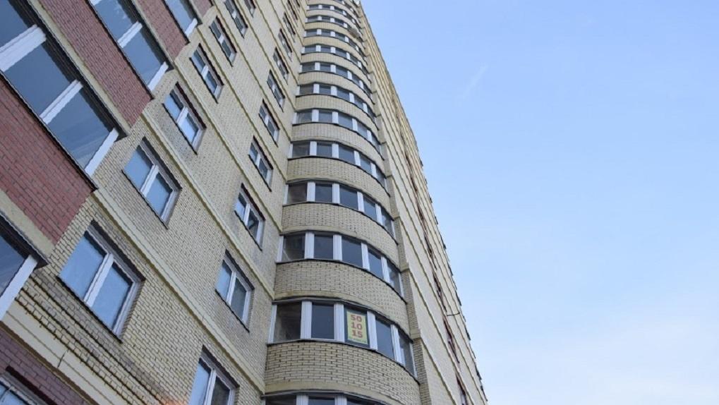 В Новосибирске женщина сорвалась с балкона 22 этажа и погибла