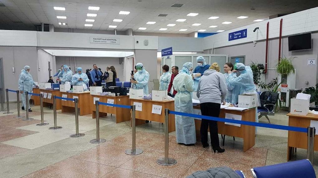 Десятки скорой и врачи в защитных костюмах. В аэропорту Омска принимали рейс из Таиланда