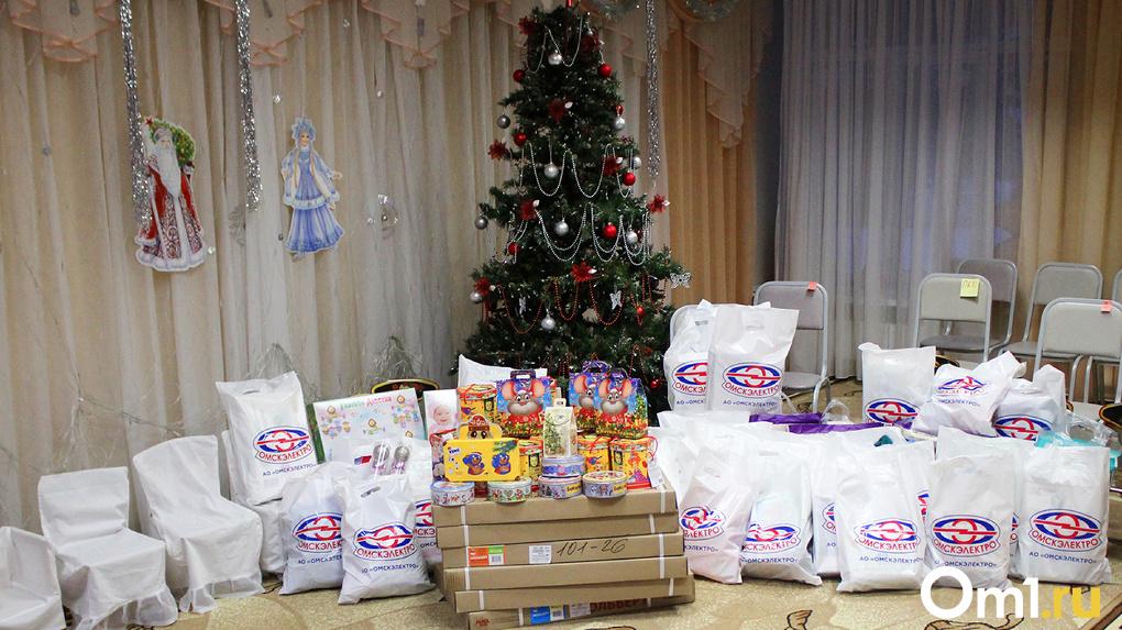 Коллектив АО «Омскэлектро» поздравил с Новым годом малышей из «Специализированного дома ребенка»