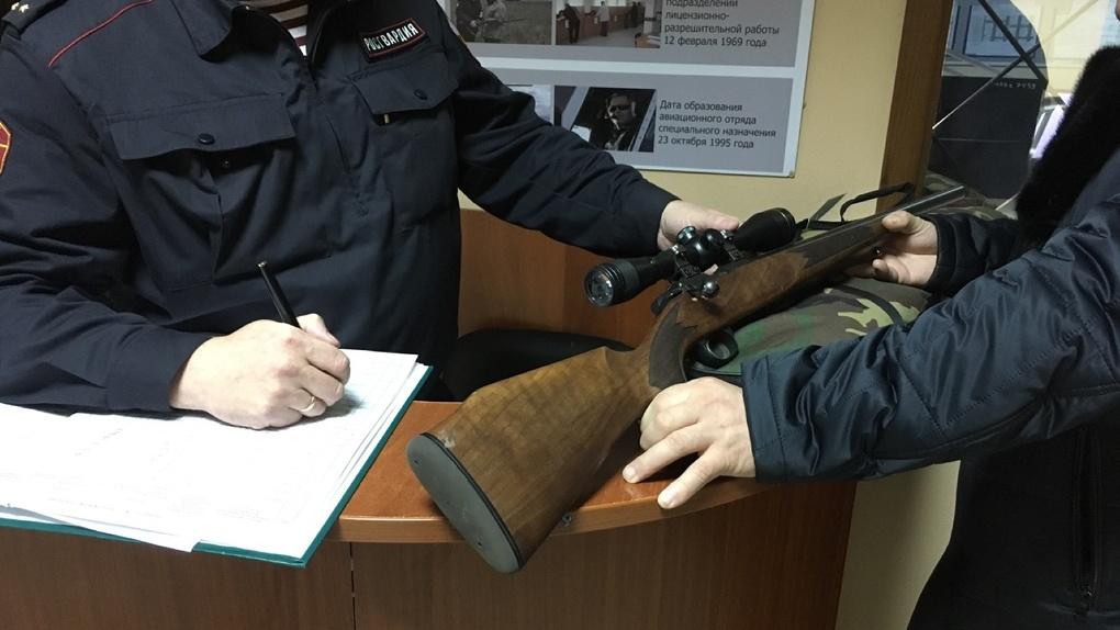 Омичи сдают оружие на хранение росгвардейцам