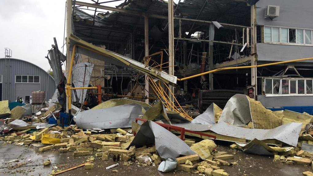 Взрыв котла отопления вынес стену здания производственного предприятия в Новосибирске