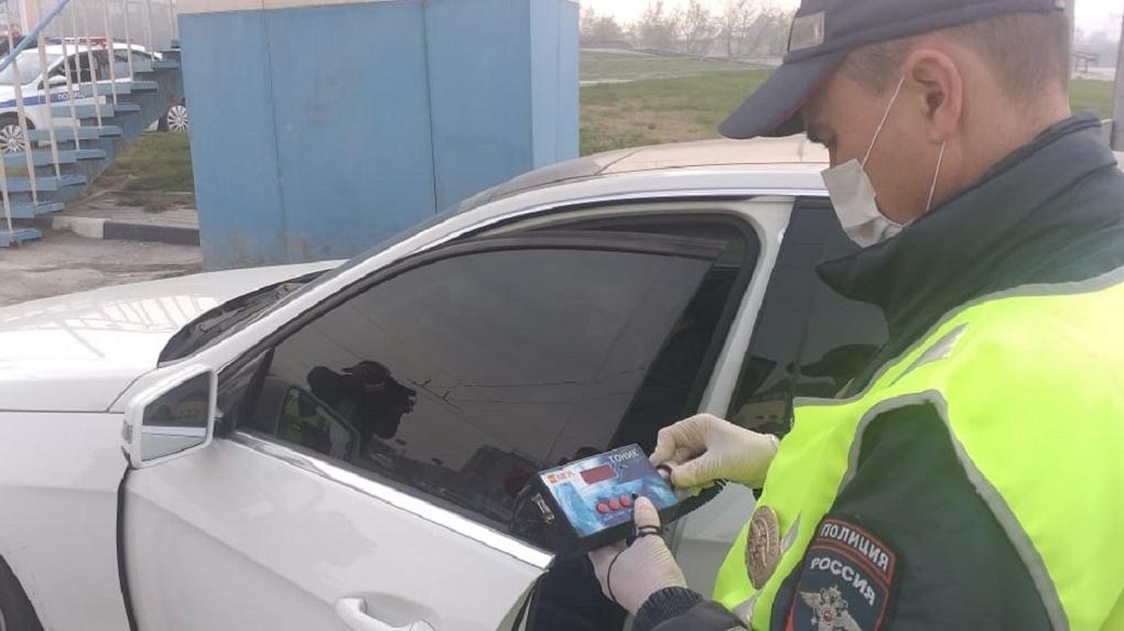 Новосибирских водителей начали штрафовать за темные лобовые стекла в машине