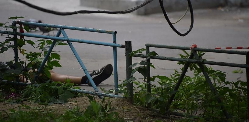 Гастарбайтер, сорвавшийся с крыши в центре Омска, работал без каски и страховки (ФОТО)
